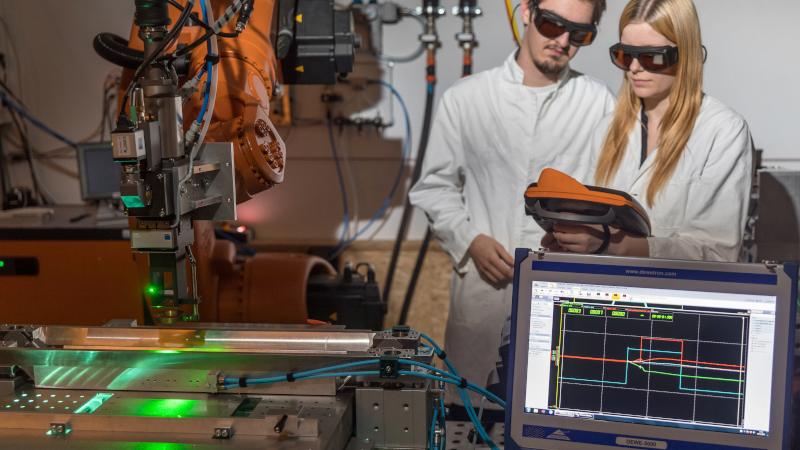 Arbeiten mit dem Laser (© Michael Reichel / arifoto - TU Ilmenau)