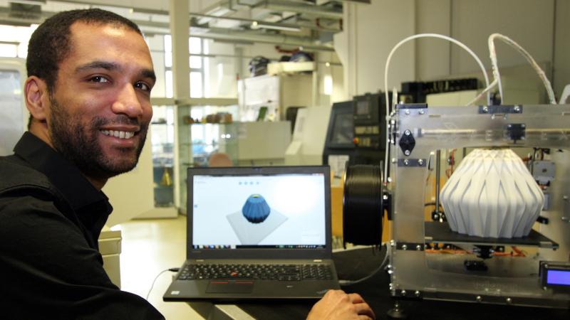 Patrick Ongom-Along beim 3D-Druck (© Mittelstand 4.0-Kompetenzzentrum Ilmenau)