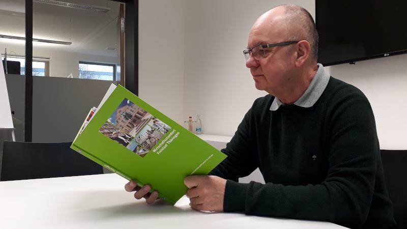 Wolfgang Dietrich vom Thüringer Kompetenzzentrum Wirtschaft 4.0 wirft einen Blick ins Buch (© Thüringer Kompetenzzentrum Wirtschaft 4.0)