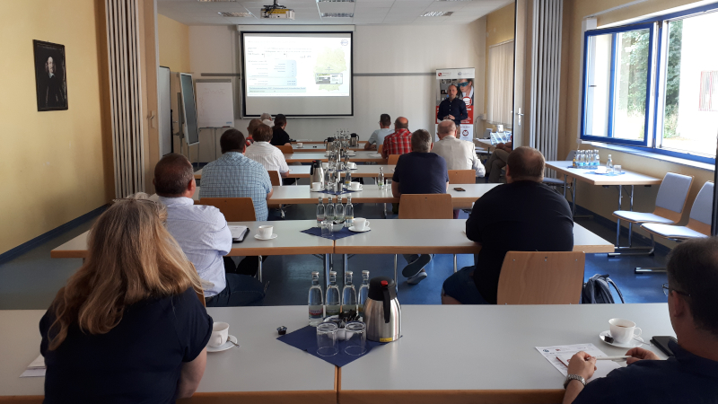 Dr. Florian Welzel (Geschäftsführer GFE Schmalkalden e.V.) begrüßt die Workshopteilnehmer und stellt die FuE-Kompetenzen der GFE vor (© Mittelstand 4.0-Kompetenzzentrum Ilmenau