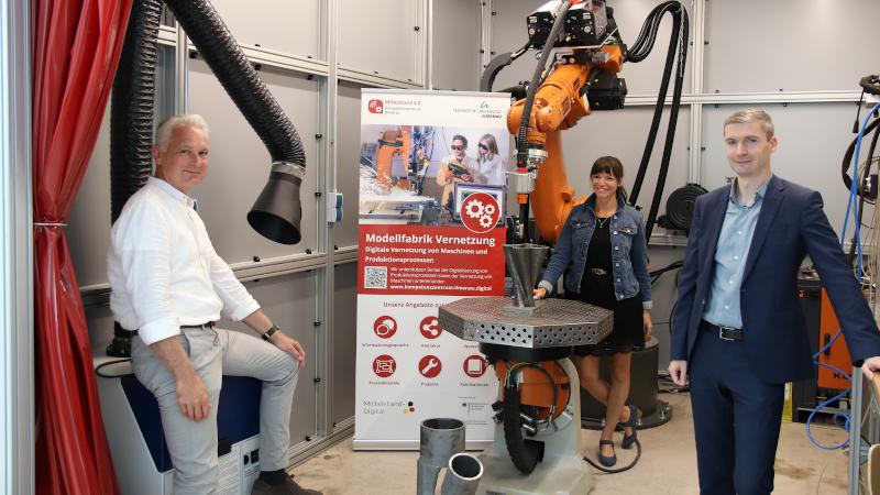 Prof. Thomas Thiessen, Ninette Pett, Dr. Mauricio Matthesius (v.l.) in der Roboterzelle für additive Fertigung (© Mittelstand 4.0-Kompetenzzentrum Ilmenau)
