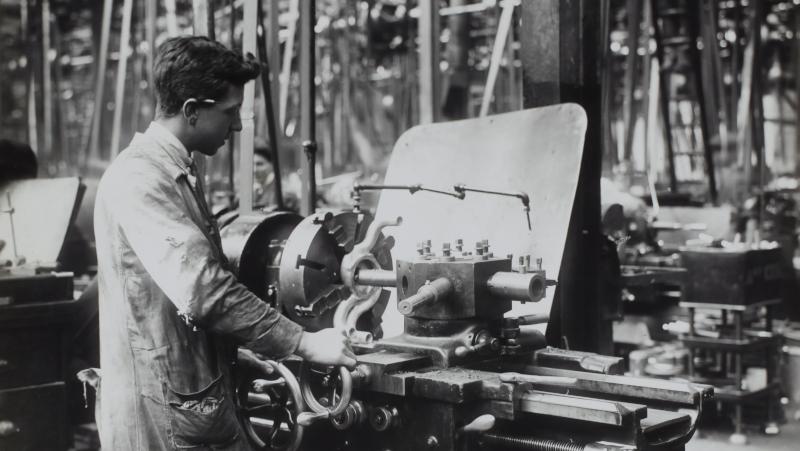 Fabrikarbeiter bei D. Napier & Son Ltd, England, ca. 1918 (© Museums Victoria - Unsplash.com)