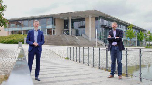 Geschäftsführer Dr. Mauricio Matthesius und Koordinator Prof. Jean Pierre Bergmann vor dem Newtonbau der TU Ilmenau (© Mittelstand 4.0-Kompetenzzentrum Ilmenau)