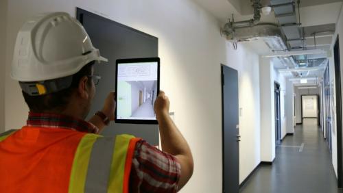 Einsatz eines Tablets zur Planung (© Mittelstand 4.0-Kompetenzzentrum Planen und Bauen)